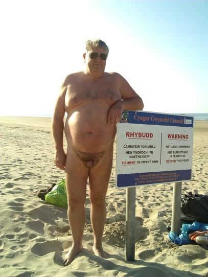 Northern_end_of_Morfa_Dyffrn_naturist_beach_sign